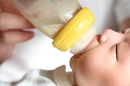 7月大女嬰嗆奶亡 合格保母餵完沒拍背被起訴